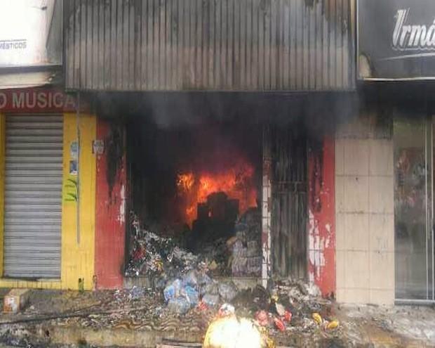 Incêndio destruiu loja e atingiu outras duas no Centro de Mossoró (Foto: Marcelino Neto)