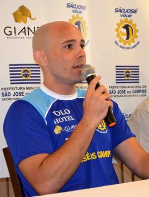 O técnico Reinaldo Bacilieri durante apresentação do elenco do São José Vôlei (Foto: Danilo Sardinha/Globoesporte.com)
