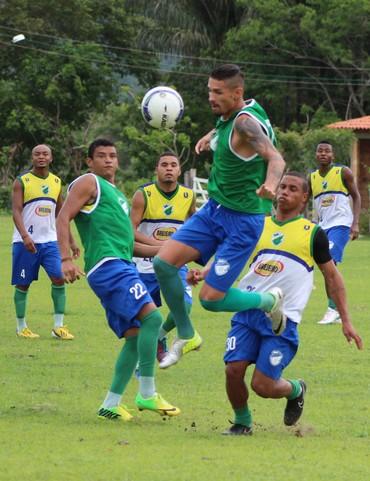 Manoel chega para buscar seu espaço, igualar Thiaguinho com três gols pelo Altos (Foto: Emanuele Madeira)