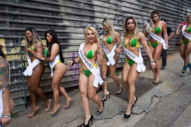 Candidatas do concurso Miss Bumbum posam na Avenida Paulista (Foto: Nelson Almeida/AFP)