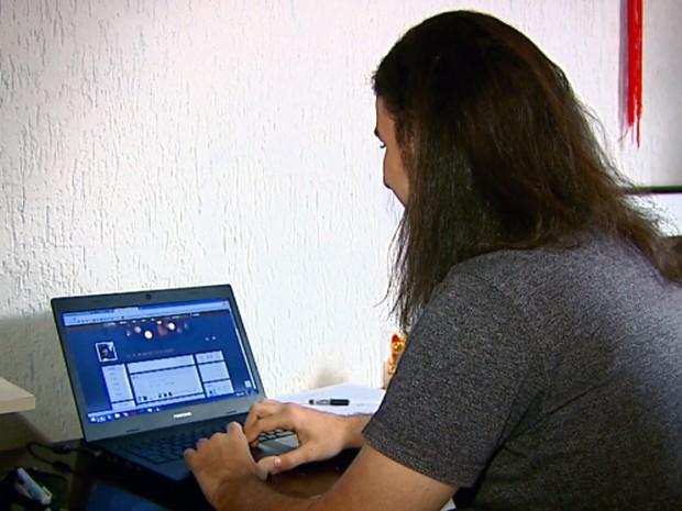 João conversa conversa com chineses por meio de redes sociais (Foto: Clausio Tavoloni/EPTV)