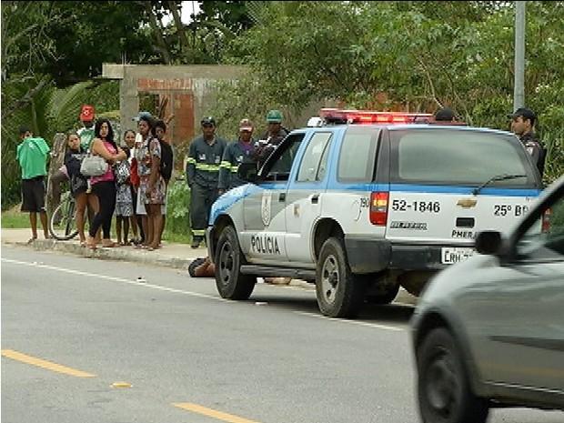 Corpo próximo ao carro da PM.  (Foto: Reprodução / Inter TV)