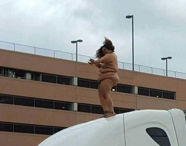 Mulher nua foi flagrada dançando em cima da cabine de caminhão em Houston (Foto: Reprodução/YouTube/kxan)