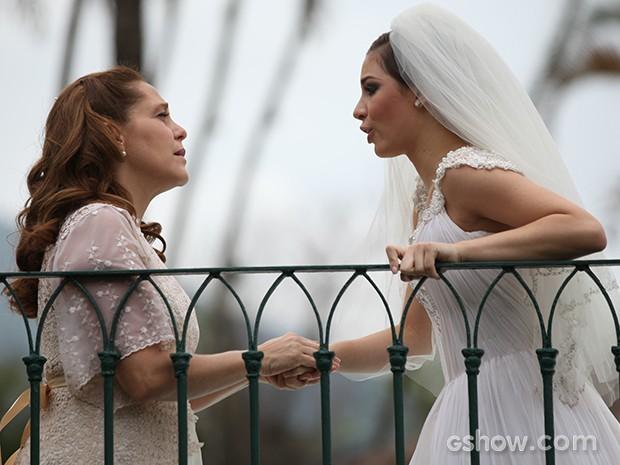 Micaela é consolada por Vera (Foto: Carol Caminha / TV Globo)
