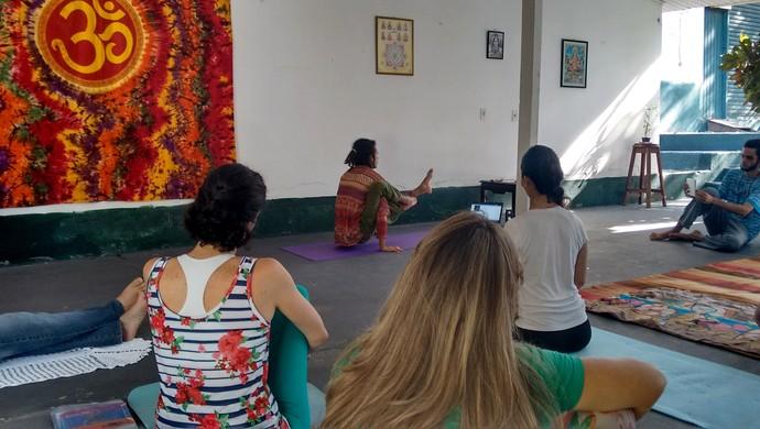 Vivências começam com prática de asanas, as posições do yoga (Foto: Samira Lima)