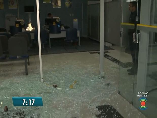 Assaltantes atiraram no prédio de um dos bancos da cidade de Pocinhos, no Agreste (Foto: Reprodução/TV Paraíba)