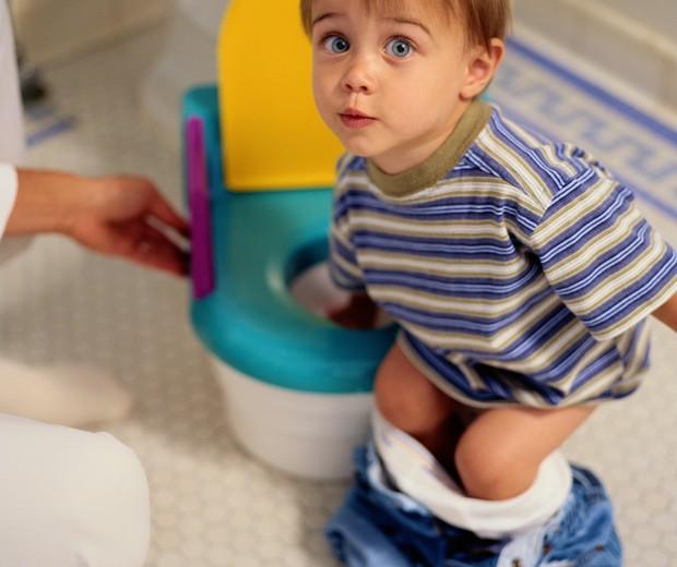 menino; fralda; penico; banheiro (Foto: Thinkstock)