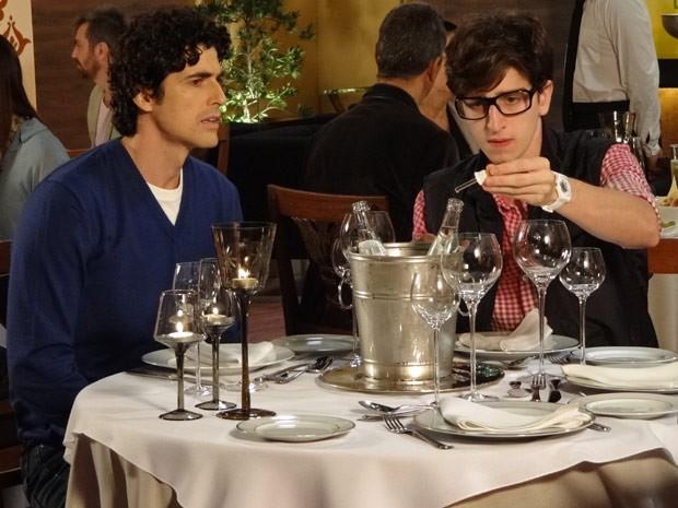 Kiko e Nando põem invenção na bebida dos empresários (Foto: Guerra dos Sexos / TV Globo)