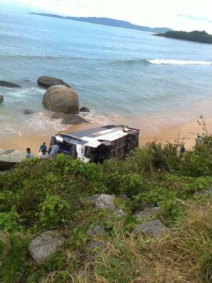 Ônibus caiu em praia (Foto: Denise Félix/RBS TV)