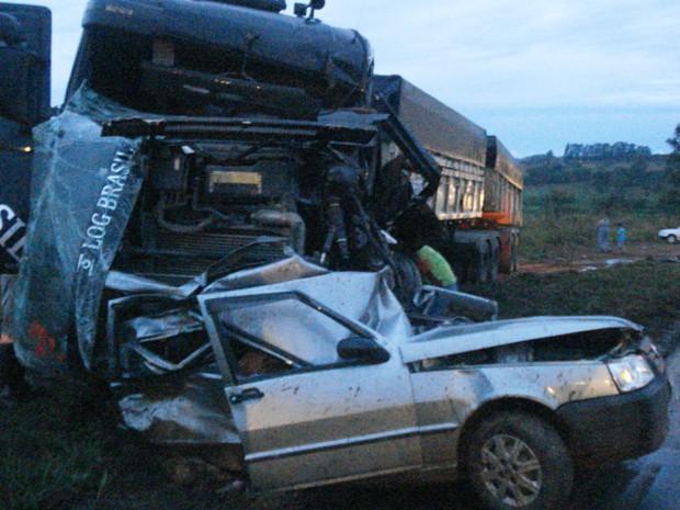 Carro foi atingido por carreta na BR-262 em Nova Serrana (Foto: Polícia Rodoviária Federal/ Divulgação)