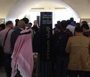 Passageiros pedem informação no balcão da Etihad do aeroporto de Abu Dhabi (Foto: Josmar Verillo)