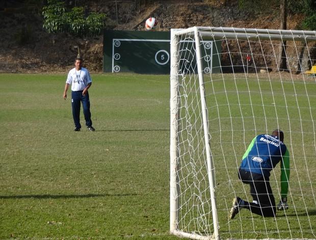 Luxa chuta bola para Dida defender em treino do Grêmio em Caracas (Foto: Hector Werlang/Globoesporte.com)
