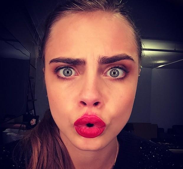 Supermodelo britânica Cara Delevingne postou selfie com batom borrado no Instagram em apoio à campanha #SmearForSmear, para alertar sobre a importância do papanicolau (Foto: Cara Delevingne/Instagram)