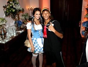Neymar com a namorada em festa a fantasia (Foto: Manuela Scarpa / Foto Rio News )