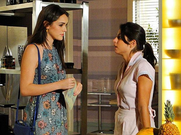 Brunessa dá convite para Cida (Foto: Cheias de Charme / TV Globo)