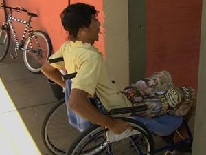 Jovem sob custódia que fugiu de hospital em cadeira de rodas é preso em Aparecida de Goiânia (Foto: Reprodução / TV Anhanguera)