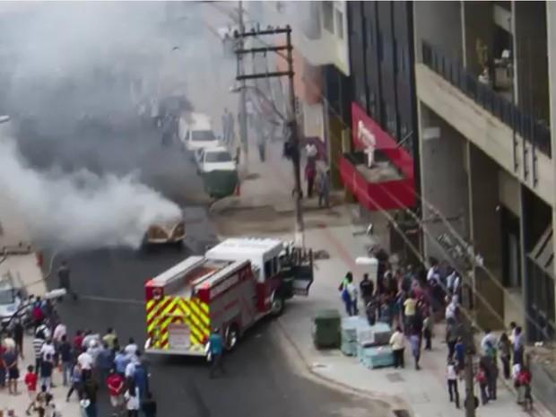 Kombi pega fogo no Centro de Campinas (Foto: Bruno Cannellini/ VC no G1)