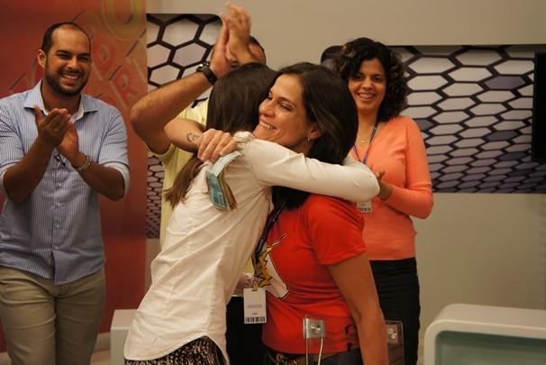 Cristina Dias recebe o prêmio do bolão das mãos da editora regional das TVs Cabo Branco e Paraíba, Tatiana Ramos (Foto: Alysson Bernardo/TV Cabo Branco)