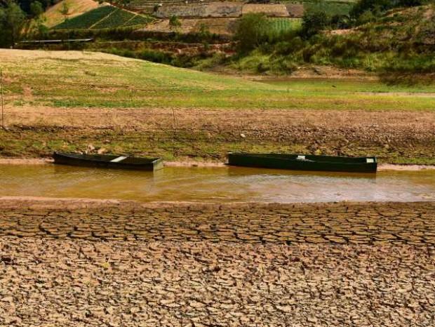 Canoas sem serventia para a pouca água do Rio Santa Maria, no trecho do Distrito de Recreio  (Foto: Marcelo Prest/ A Gazeta)