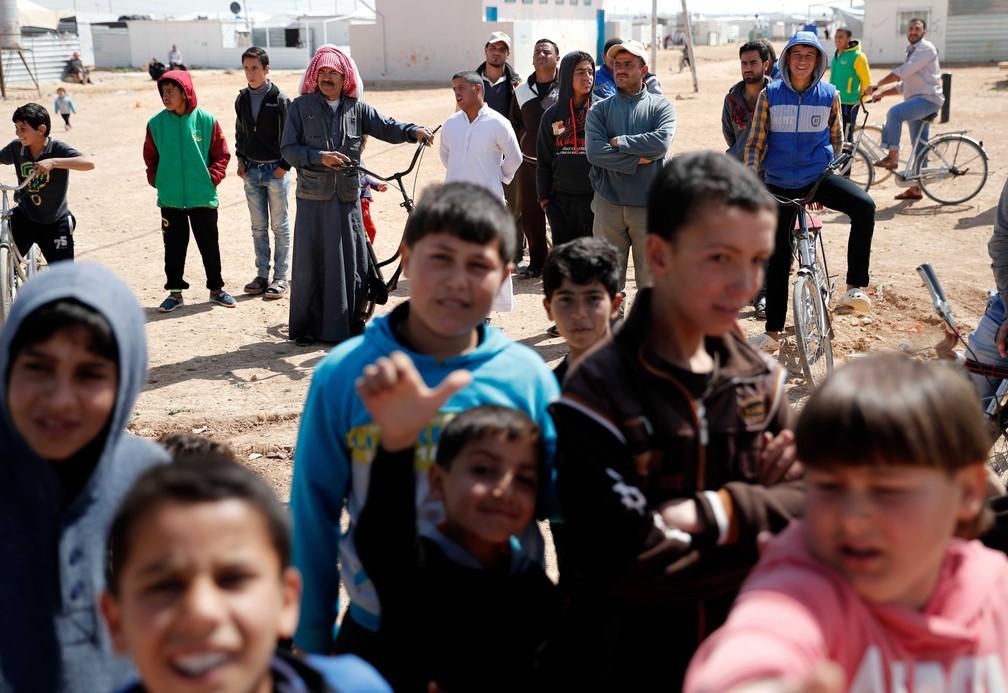 Sírios que buscaram abrigo no acampamento de Zaatari, na Jordânia, que acolhe cerca de 80 mil refugiados (Foto: Thomas Coex / AFP)