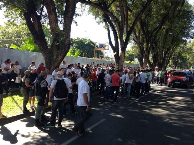 PMs e bombeiros se reuniram em frente ao Memorial de Medicina, no Derby (Foto: Débora Soares /  G1)