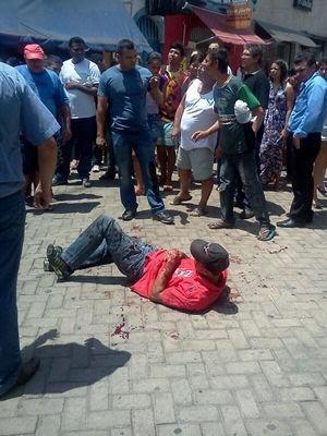 Suspeito baleado por PM é contido por lojistas durante tentativa de assalto a joalheria  (Foto: Gilvan Lima)