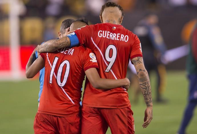 Cueva e Guerrero juntos pela seleção peruana (Foto: AFP)