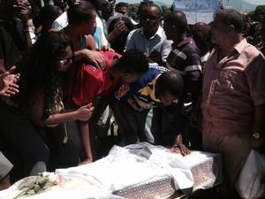 Marido beija Claudia Ferreira durante cerimônia de sepultamento no Rio; ela foi baleada no Morro da Congonha (Foto: Mariucha Machado/G1)
