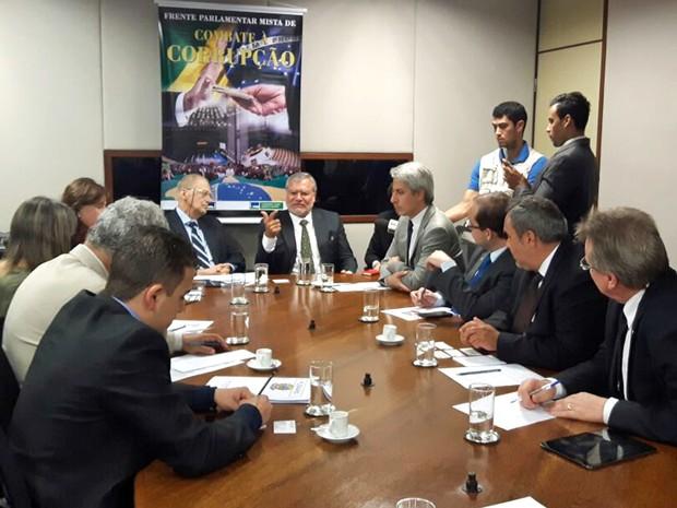 Presidente da Transparência Internacional, José Carlos Ugaz (centro), se reúne com deputados (Foto: Fernanda Calgaro/G1)