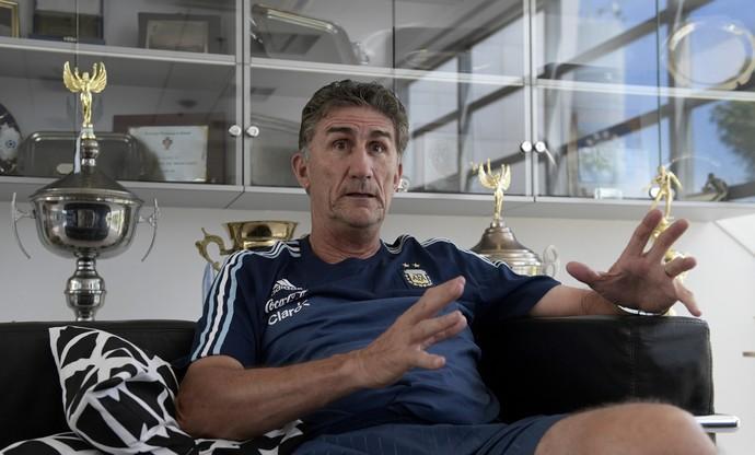Bauza na entrevista à AFP na sede da seleção argentina (Foto: Juan MABROMATA / AFP)