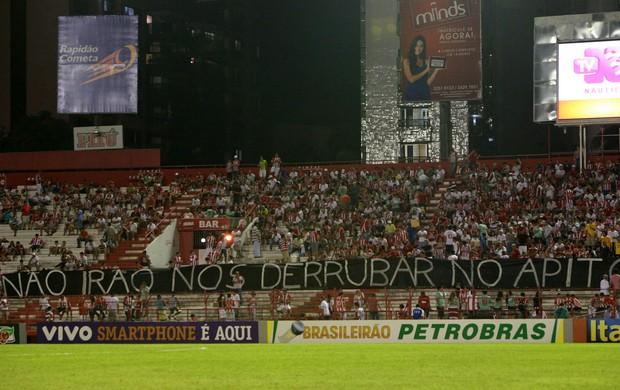 Faixa protesto Náutico (Foto: Otávio de Souza - Ag. Estado)