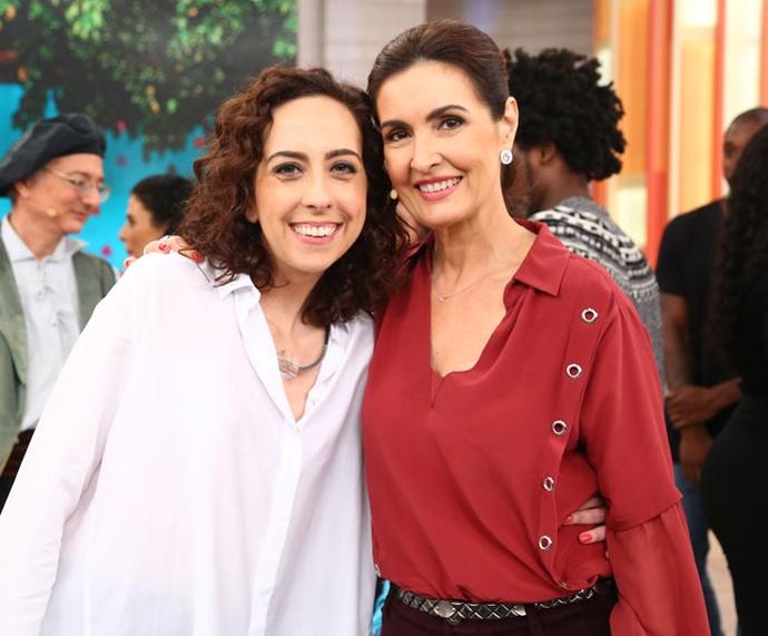 Atriz Marianna Armellini com a apresentadora nos bastidores  (Foto: Fabiano Battaglin/Gshow)