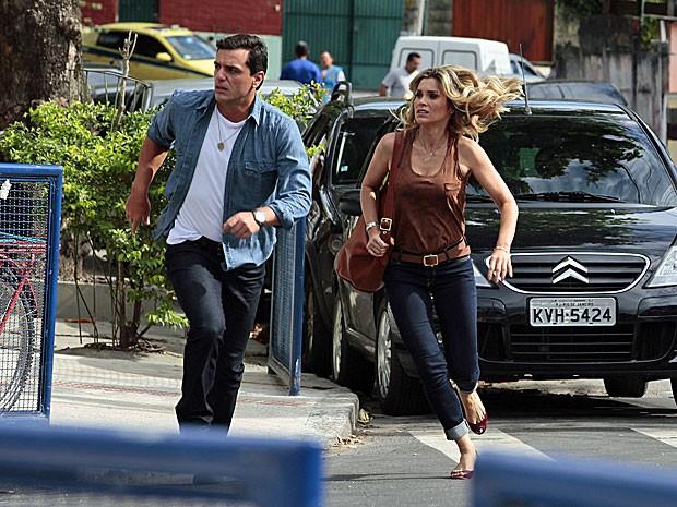 Rodrigo Lombardi e Flávia Alessandra dão um pique no meio da rua (Foto: Salve Jorge/TV Globo)