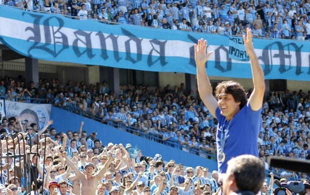 Danrlei nos braços da torcida do Grêmio na despedida do Olímpico (Foto: Diego Guichard/GLOBOESPORTE.COM)