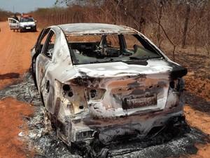Veículo do agente foi encontrado completamente queimado (Foto: Marcelino Neto)