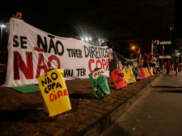 Manifestantes ocupam o Vão Livre do Masp na Avenida Paulista em São Paulo, SP, na madrugada deste sábado (25). O ato é integrado com a manifestação contra a Copa do Mundo que será realizado na tarde deste sábado. (Foto: Gabriela Biló/Futura Press/ Estadão Conteúdo)
