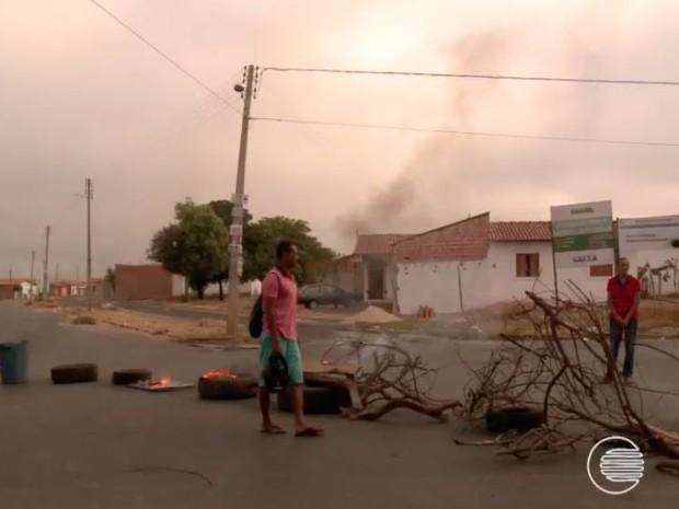 Moradores atearam fogo em pneus e galhos no Jacinta Andrade (Foto: Reprodução/TV Clube)