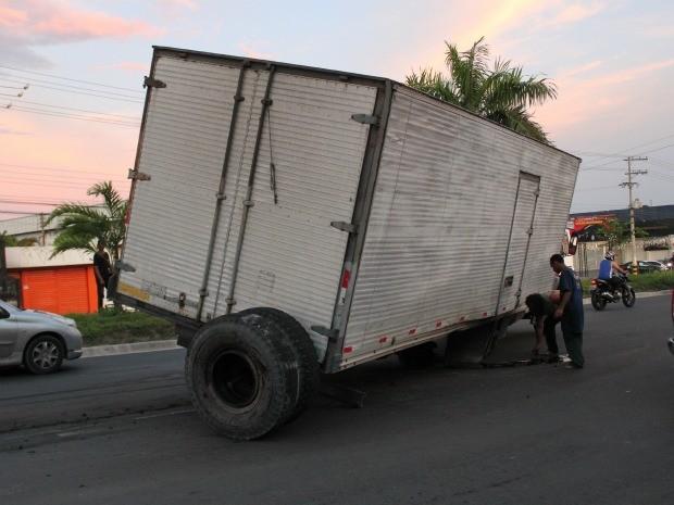 Caminhão-baú perdeu roda em acidente na Avenida Torquato Tapajós (Foto: Marcos Dantas/G1 AM)
