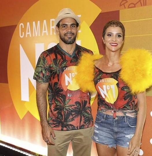 O ator Juliano Cazarré aproveita camarote na Sapucaí ao lado da mulher, Letícia (Foto: Reprodução/Instagram)