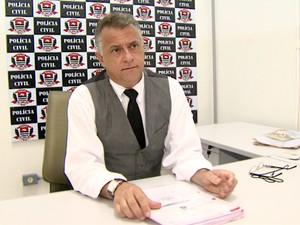 Delegado Paulo Henrique Martins de Castro diz que inquérito tem mais de mil páginas divididas em seis volumes (Foto: Chico Escolano/EPTV)
