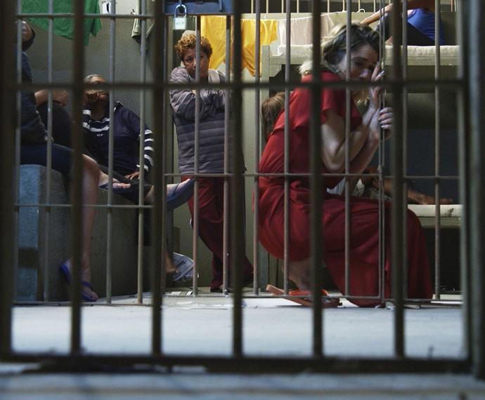 Soraya chora agarrada nas grades da cela (Foto: TV Globo)