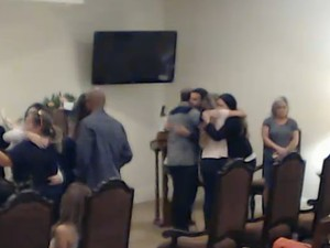 Pais de Sofia são consolados durante cerimônia nos EUA (Foto: Reprodução / Internet)