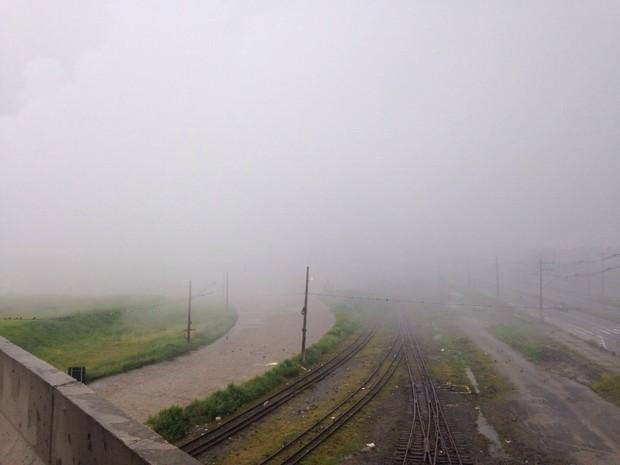 Névoa encobre parte da linha férrea próximo ao terminal portuário em Guarujá (Foto: João Paulo de Castro / G1)