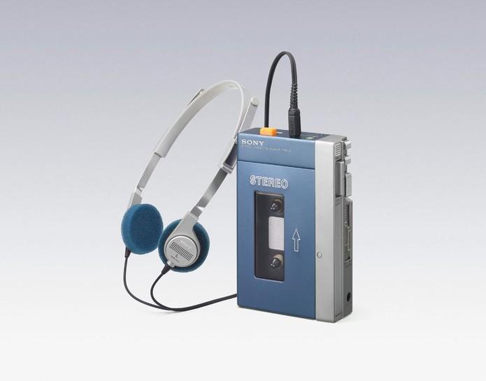 Modelo de walkman da Sony já vinha com os fones de ouvido (Foto: Divulgação/ The Verge)