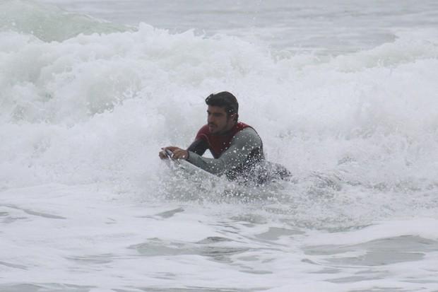 Caio Castro surfa na Prainha (Foto: Dilson Silva / AgNews)
