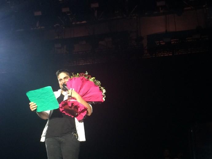 Jorge canta com buquê que recebeu de Ingrid (Foto: Paula Outerelo / GShow)