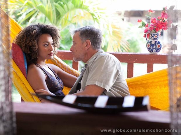 Keila pressiona Kléber para saber sobre o dinheiro do marido (Foto: Pedro Curi/TV Globo)