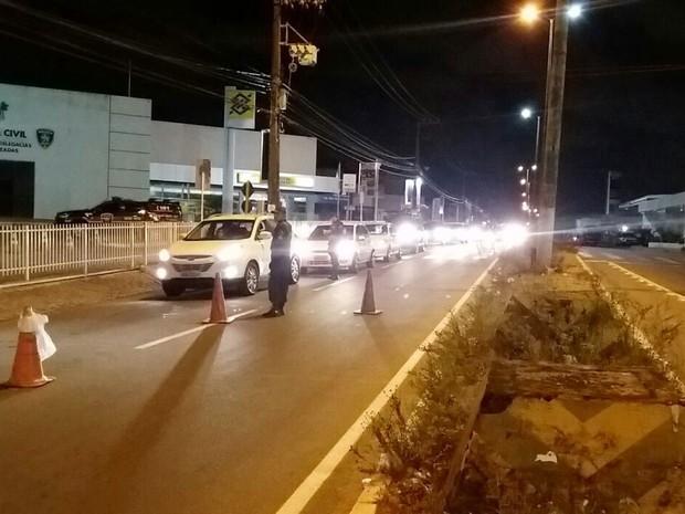 Agentes de trânsito montaram a barreira de fiscalização na frente do complexo de delegacias especializadas da Polícia Civil, vizinho ao Banco do Brasil   (Foto: PM/Divulgação)