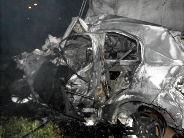 Carro ficou destruído após batida e incêndio na Anhanguera, em Limeira (Foto: Rogne Paes/EPTV)