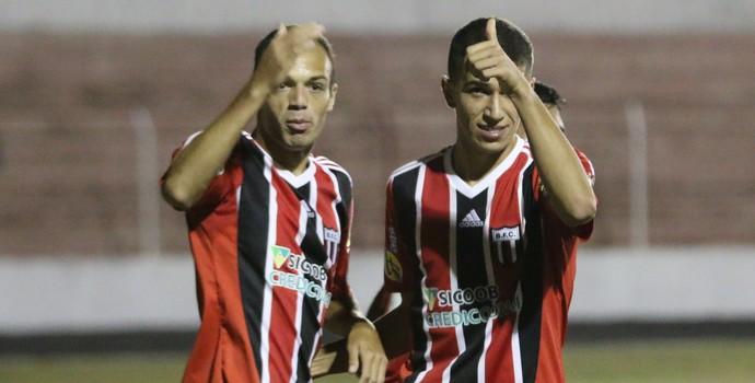 Carlão, atacante do Botafogo-SP celebra gol diante do Batatais e Vitor, meia (Foto: Rogério Moroti / Agência Botafogo)